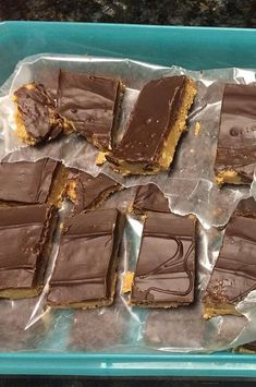 These peanut butter bars taste just like peanut butter cups. Desserts Ostern, Köstliche Desserts, Delicious Desserts, Dessert Recipes, Candy Recipes, Sweet Recipes, Cookie Recipes, Bar Recipes, Peanut Butter Desserts