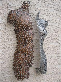 « Othello et Desdémone IV » Ce magnifique deux pièces moitié mâle et moitié torse féminin a été formé et soudé par Holly Lentz à la main. Elle crée le œuvre d'art qui plonge au-delà de la moyenne de métal et ajoute des éléments de la sculpture et la forme. Résultant en une œuvre d'art qui