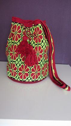 Mochila look a like Tapestry Bag, Tapestry Crochet, Knit Crochet, Crocheted Bags, Boho Bags, Poufs, Boho Shorts, Purses, Patterns