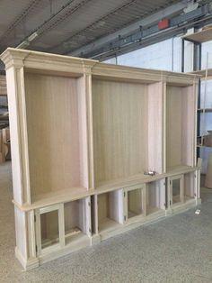 costruzione in rovere di libreria con zona porta Tv arredamentiroma.altervista.org