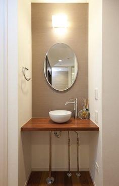 トイレの外におしゃれな手洗いカウンターを