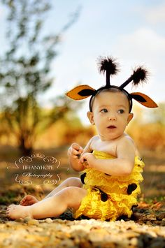baby giraffe costume, love this. If only the baby tolerated things on her head.