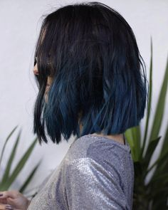 Jade Seba com cabelo colorido (azul) nas pontas
