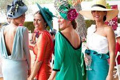invitadas boda de día con tocados. Alquila ya tu tocado en www.lamasmona.com desde tan solo 30€! Tenemos canotiers, coronas de flores, turbantes, bandas y muchos más