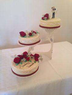 Red and white classic weddingcake