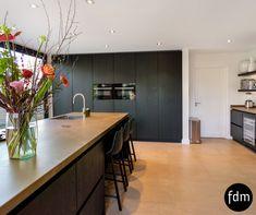 Prachtige zwart beits eiken op maat gemaakte keuken met een hoge kastenwand en koffiecorner. Het aanrechtblad is keramiek marmerlook.