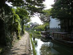 Water from Lake Biwa(the largest lake in Japan) is drawn into canals in Omi-Hachiman City that flourished as a merchants' town in the Edo Period.