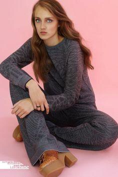 """""""Relaxed chique. Mijn bedoeling is om kleding te maken die de gewone mens elke dag aankan. Het voelt net zo comfortabel als een pyjama. Kleding waarin je jezelf de hele dag lekker voelt en er beter uitziet dan in je joggingpak"""", aldus Rosanne van der Meer. © The Girl and the Machine"""