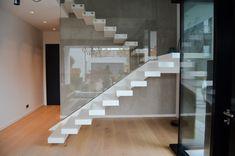 Besondere Kragarmtreppe mit Mittelholm und auskragenden Stufen aus Corian. Die Stufne sind aus dem Inneren mit LED beleuchtet. Es handelt sich um ein Siller Design Restaurant Design, Floating Restaurant, Glass Stairs, Floating Stairs, Exterior Stairs, Interior And Exterior, Cantilever Stairs, Go Up, Corian