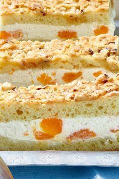 Leckerer Butterkuchen mit Nüssen und Schmand-Creme