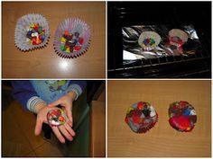 Finalmente anche noi abbiamo collezionato abbastanza mozziconi di pastelli a cera per provare a riciclarli sciogliendoli per creare una formina abbastanza grande. In rete trovate mille modi per farlo. Usando diversi tipi di contenitori: stampi di metallo o silicone, pirottini di carta, contenitori di alluminio, formine per biscotti... Potete sciogliere nello stesso stampo mozziconi di colori uguali oppure mescolare i colori o ancora creare una formina con strati di colori diversi.