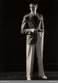 """""""Herrkonfektion, Kostymer, Nordiska Kompaniet. En ny ensemble med kavaj i svart/vit glencheck och vita byxor med svarta ränder"""". Fotograf: Studio Sun, ca 1930-1935"""