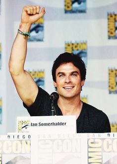 Ian Somerhalder loves his fans ... he doesn't sparkle in the sun, he sparkles at conventions