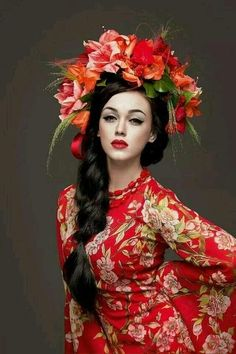 Modern Ukrainian beauty with flowered head piece ♥ Vinok Вінок Floral Headdress, Photographie Portrait Inspiration, Flower Garlands, Flower Crowns, Floral Fashion, Mode Style, Traditional Dresses, Her Hair, Lady In Red