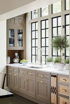 Brilliant Ideas for Kitchen Interior Design - Home Interior Design Farmhouse Style Kitchen, Kitchen Redo, Home Decor Kitchen, Kitchen Interior, New Kitchen, Home Kitchens, Kitchen Remodel, Taupe Kitchen Cabinets, Oak Cabinets