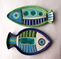 Купить или заказать Тарелки керамические 'Рыбы' в интернет-магазине на Ярмарке Мастеров. Родился такой рыбный комплект,который сразу уехал жить на море.Могу для вас повторить .Размеры и цвет могут быть на ваше усмотрение.Цена указана за одну тарелку Рыбу.Сделано все в ручную,роспись глазурями и использовала стекло.Можно всем пользоваться и даже мыть в посудомоечной машине. Круглые тарелки с рыбками стоят по 1800 рублей.