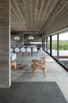 la casa concreta Tablero-marcada de Luciano Kruk se coloca en un campo de golf de la playa