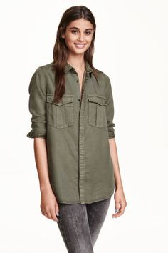 Cargo shirt in lyocell: CONSCIOUS. Straight-cut, long-sleeved cargo shirt in twill made from Tencel® lyocell with chest flap pockets and concealed buttons.