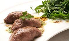 Rollitos de carne rellenos de tocineta, albaca y perejil
