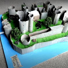 Here the photographs of the real Castle of Caerphilly in Cardiff (Wales, UK), Paolo realized a model with cardboard glued on wood and polystyrene base, coloured with acrylic colours.