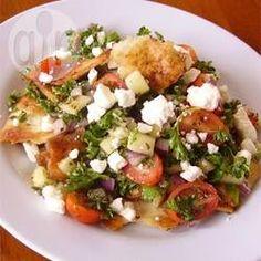 Arabischer Brotsalat (Fattoush) - Fattoush ist ein traditioneller arabischer Salat mit Brot und Gemüse, der mit einem leichten Zitronen-Knoblauchdressing angemacht wird.@ de.allrecipes.com