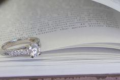 Bague en or 14 carat style solitaire avec pavé de diamants