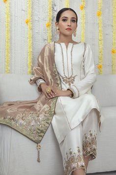 Simple Pakistani Dresses, Pakistani Dress Design, Pakistani Bridal Dresses, Pakistani Outfits, Indian Outfits, Designer Party Wear Dresses, Indian Designer Outfits, Pakistani Designer Clothes, Pakistani Designers