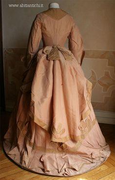 1870 Abito in tre pezzi (corpino, gonna e tablier) in faille beige e rosa carnicino.Abiti Antichi- Abito 92Abiti Antichi- Abito 92
