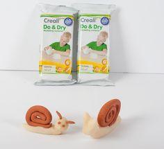 Slakken van klei Je kunt met de luchtdrogende Creall-do & dry leuke slakken maken met een slakkenhuis op hun rug. Gebruik de terra voor de slak en de witte do & dry voor het huisje. Maar je kunt ook echte schelpenhuisjes kopen. Zo weet zelfs het kind met het kleinste creatieve talent een mooie slak te maken. Jonge kinderen zullen het sowieso erg leuk vinden om een slak te maken met een kant en klare schelp.
