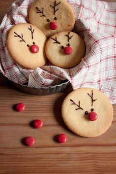 tpys videos and The Most Beautiful Pictures at Pinteres It is one of the best quality pictures that can be presented with this vivid and remarkable picture tpys wooden . The picture called Cómo hacer galletas navideñas con forma de reno Christmas Reindeer Cookies, Christmas Snacks, Xmas Food, Christmas Cooking, Holiday Cookies, Holiday Treats, Holiday Recipes, Santa Cookies, Melted Snowman Cookies