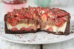 Torta de morango e chocolate – Flamboesa Chocolate Topping, Cooking Time, Coco, Bakery, Deserts, Food And Drink, Sweets, Vegan, Banana