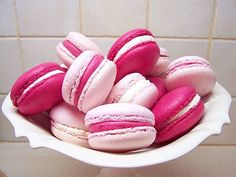 Pink ribbon macaroons colored icing between two cookies! Not necessarily macaroons though. In the party colors. Macarons Rosa, Pink Macaroons, French Macaroons, Cute Food, Yummy Food, Pink Foods, Whoopie Pies, Muffins, Sweet Treats
