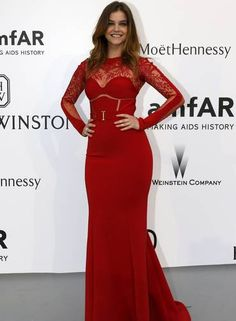 Também de vermelho, a modelo Barbara Palvin apostou num look mais sexy Foto: REGIS DUVIGNAU / REUTERS