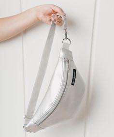 @HouseOfKlunkar posted to Instagram: Sachen outta House of Klunkar (#\\\#) Silber Metallic Bauchtasche Da braucht es keine Hosentaschen, sperrige Handtaschen oder große Rucksäcke mehr für Unterwegs. Die Bauchtaschen von @Indivisew sind nicht nur superpraktisch, sondern sogar noch ziemlich chic dazu. Sie können als Gürteltasche oder quer über den Körper getragen werden. Im Innenleben verstecken sich eine zusätzliche Tasche und ein Clip für den Schlüssel. Alle Ba Clips, Bucket Bag, Bags, Instagram, Fashion, Accessories, Fanny Pack, Handbags, Silver