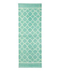 ¡Echa un vistazo! Alfombra alargada en tejido de algodón con motivo estampado en el lado superior. – Visita hm.com para ver más.