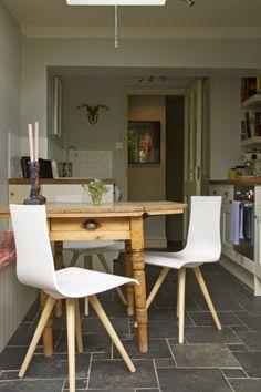 Made Kunde Mark kombiniert unsere modernen Devlin Stühle in Weiß mit einem rustikalen Holztisch im Landhausstil. | Made Unboxed