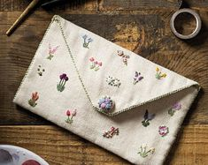 Diy Embroidery Projects, Hand Embroidery Patterns Free, Towel Embroidery, Embroidery On Clothes, Simple Embroidery, Hand Embroidery Stitches, Embroidery Purse, Diy Embroidery Designs, Garden Embroidery