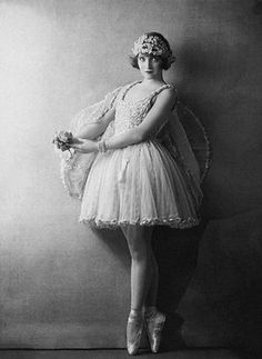 Actress Dorothy Dickson wearing tutu by Dorothy Wilding, image via corbisimages Images Vintage, Vintage Pictures, Vintage Photographs, Ballet Vintage, Vintage Dance, Modern Dance Photography, Ballet Photography, Ana Pavlova, Ballerine Vintage