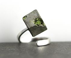This minimalist wrap ring is made of an unusual combinination of materials : 925 sterling silver, concrete and real moss. The moss looks like really growing on the stone.  Moss and cube have been carefully preserved so that your ring is durable, sturdy and waterproof.  The ring is adjustable to any measurment (it does not close but wraps easily around your finger), so it can be worn alternatively on different fingers and also makes a great gift.  The cube is 0.4.  Please note that every…