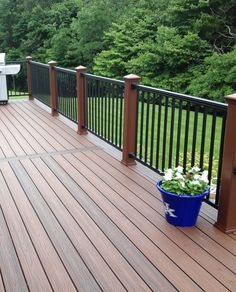 Incredible Best Floating Deck Plans that will blow your mind Outdoor Couch, Outdoor Living, Outdoor Decor, Floating Deck Plans, Deck With Pergola, Deck Railings, Fence Design, Decorating On A Budget, Backyard