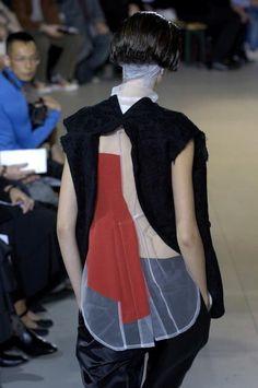 sheer contrast stripe back+COMME des GARÇONS Mega Fashion, Quirky Fashion, Fashion Art, Fashion Show, Womens Fashion, Fashion Design, Kenzo, Structured Fashion, Yohji Yamamoto