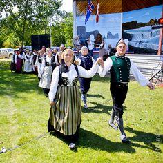 Vefarinn Dance Group, Dansfélagið Vefarinn in Traditional Icelandic Men's and Women's clothing