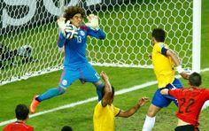 Ochoa defende cabeçada à queima-roupa de Thiago Silva aos 40 minutos do 2º tempo (Foto: Reuters) 17/06/2014.