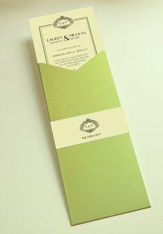 Hochzeitseinladung mit Einschubkarte, taschenkarte zum Thema Vintage. Farben: Grün, Hellgrün, Creme mit schwarzer Schrift auf farbigem Card Stock. Die Karte verziert eine bedruckte Papierbanderole. ©passion4paper