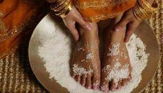 Nohy si položila do nádoby so soľou. Budete naozaj prekvapení, keď zistíte, čo táto soľná očista urobila s jej telom | Báječné Ženy