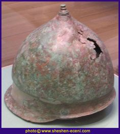Etrusco-Thracian helmet, type IV (Paddock, 1992, The Bronze Italian Helmet). Circa 4th-3rd Century BC. It seems a celtic helmet. Like the celtic Montefortino helmets it has an added crest, and not in one piece as in the italic Montefortino types. From Italy, British Museum.