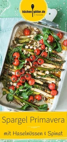 Wir verraten dir das Rezept für Spargel Primavera: Ein herzhaftes veganes Essen mit weißem und grünen Spargel, gerösteten Haselnüssen, saftigen Tomaten und knackigem Baby-Spinat.
