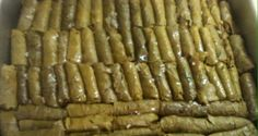 sarmadakia sto foyrno Sour Foods, I Foods, Food Network Recipes, Cooking Recipes, The Kitchen Food Network, Greek Recipes, Different Recipes, Main Dishes, Food Porn