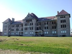 Bartonville, IL: This is the former Peoria State Hospital (also known as Bartonville State Hospital, or the Illinois Asylum for the Incurable Insane). The main building (shown here) opened in The hospital closed in It's reported to be haunted. Haunted Asylums, Abandoned Asylums, Abandoned Buildings, Abandoned Places, Scary Places, Haunted Places, Places To See, Creepy Houses, Haunted Houses