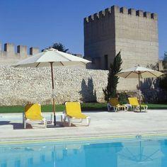 Logeren in een authentiek kasteel ? Pousada Castelo de Alcácer do Sal - Historic Hotel#Alentejo, Portugal. Mét openluchtzwembad met ligstoelen en parasols (het hele jaar open, afhankelijk van de weersomstandigheden), tennis. In de omgeving: golf, fietsen, vissen, jagen, 4x4, ballonvaart, kanovaren. Gastronomie ten top. Droom je mee?